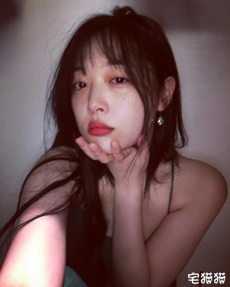 【6upoker】韩国当红女团明星Sulli(雪莉)上身真空凸点照/无胸罩照片曝光!