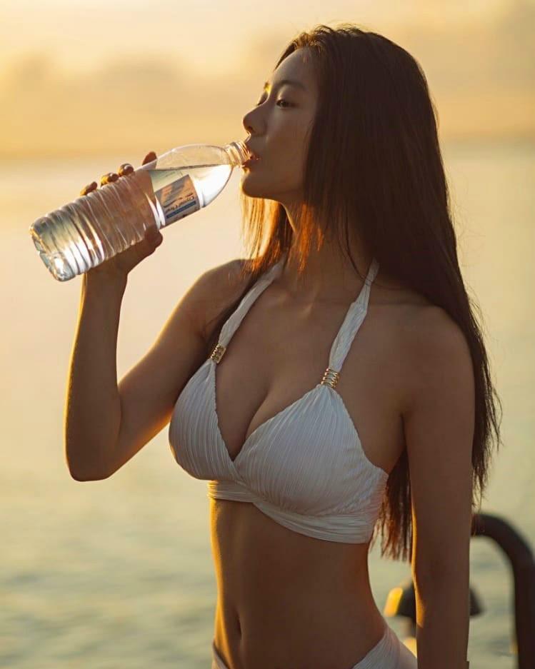 【6upoker】世界第二美女Clara克拉拉 D罩杯水滴奶晃得网友眼晕