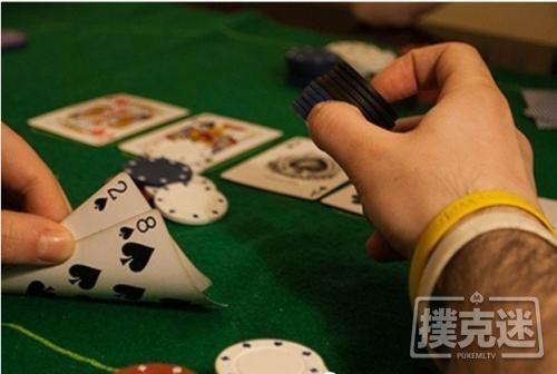 【6upoker】德州扑克中翻牌击中三条,过度慢玩被河杀抬走