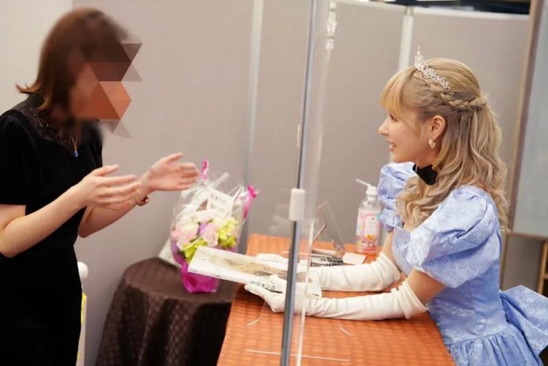【6upoker】日本见面会全面复苏吗 桃乃木香奈隔着透明压克力板与粉丝见面