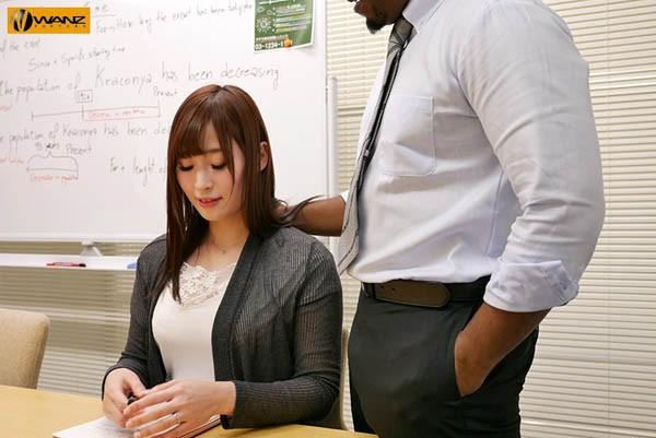 【6upoker】松永纱奈换上性感内衣,努力变换姿势让黑人满足。
