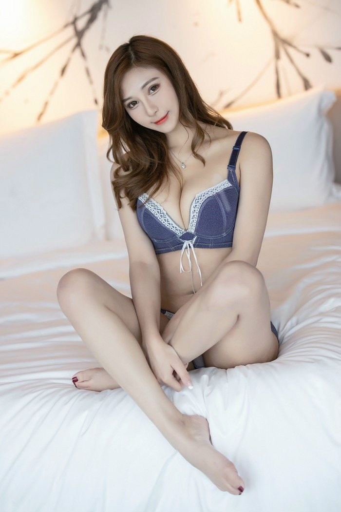【6upoker】气质熟女Lavinia丝袜美腿夺人眼球,浑身散发着妩媚气质