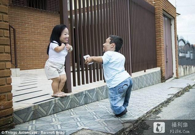 "【6upoker】2人加起来不到180cm!""世界最矮情侣""曝相爱过程:命运一般的转折!"