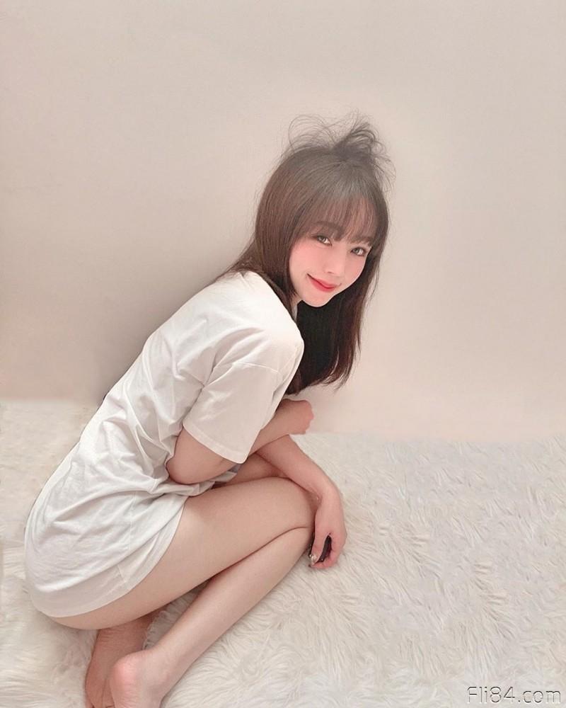"""【6upoker】大眼性感御姐""""小鱼Savina"""",饱满肉球要把白T恤撑爆啦!"""