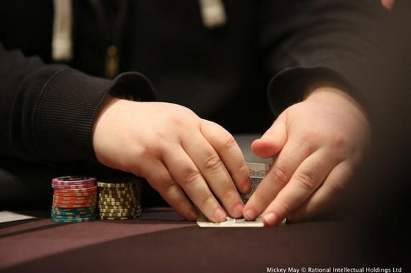 【6upoker】德州扑克摊牌时盖牌是好是坏?