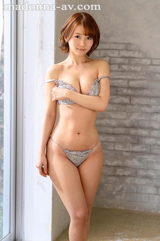 【6upoker】既天然又神秘!美颜美乳美腰三拍子!前写真偶像铃川莉茉好想用火车便当玩! …