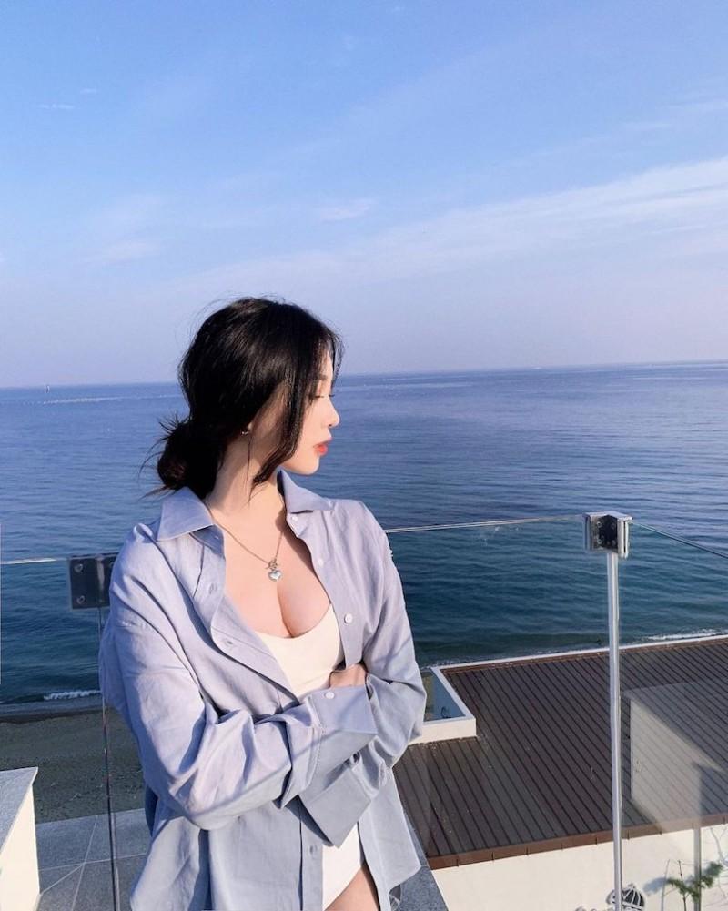 【6upoker】辣辣der!美正妹赏景「画面好低胸」,性感视角根本「海景第一排」!