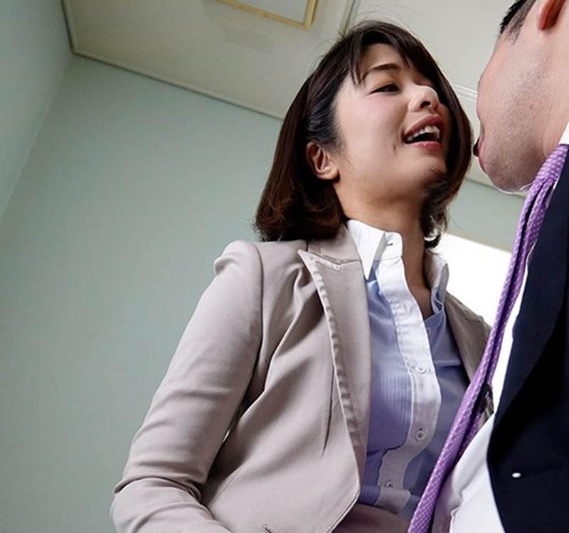 【6upoker】睁睁看到自己肉棒被女上司川上奈奈美吹到超硬!