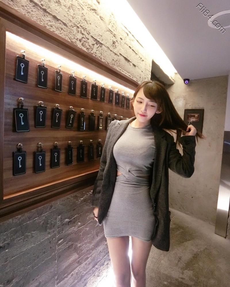 【6upoker】大眼性感护理师Elle怡葶,制服底下隐藏着饱满美乳。