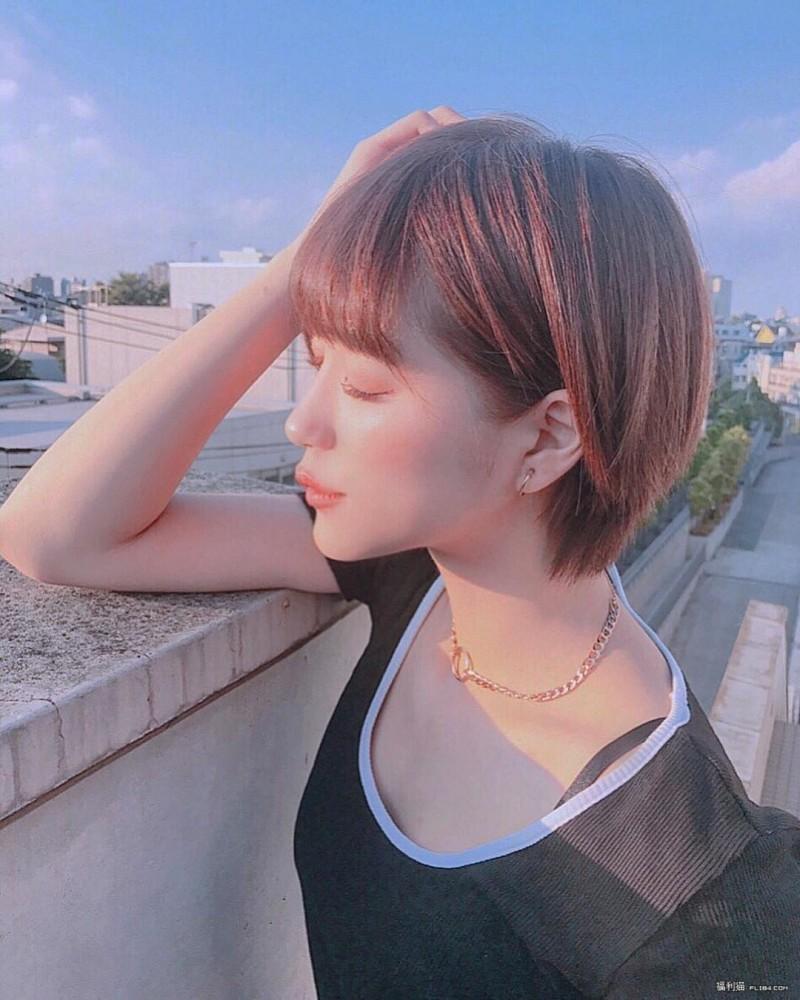 【6upoker】今日妹子图20200308:日本短发纤腰辣妹荒山みなみ