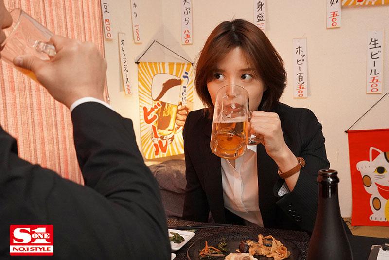 """【6upoker】美人上司""""葵つかさ""""与处男部下出差同房,诱惑调戏让下属精虫冲脑了!"""