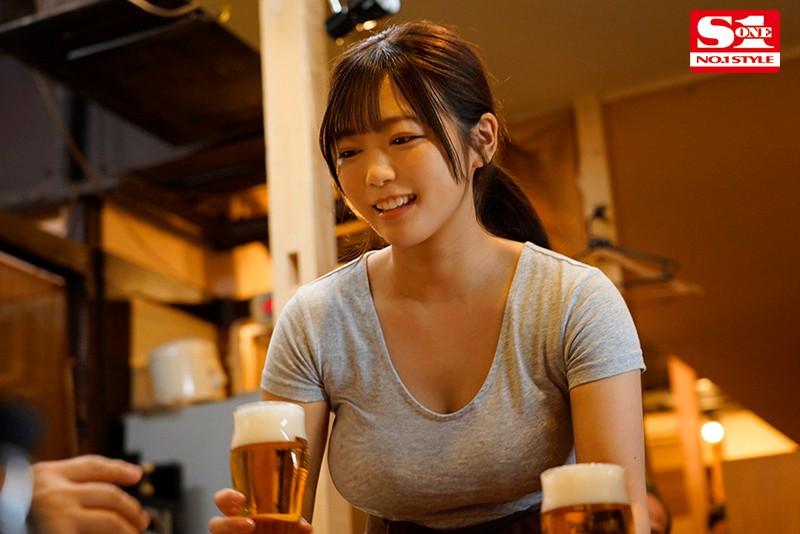 "【6upoker】赶不上末班车的居酒屋巨乳娘""羽咲美晴"",用身体报答老板今晚的收留…"