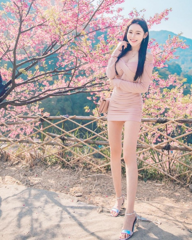 【6upoker】樱花树下出现神之长腿!「莉薇Livia」阳光笑颜比花还耀眼!