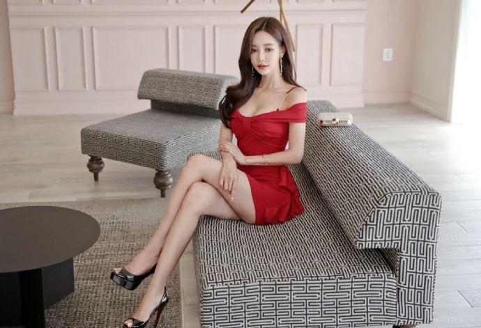 【6upoker】韩国女神孙允珠 一字肩连衣裙露香肩秀大长腿
